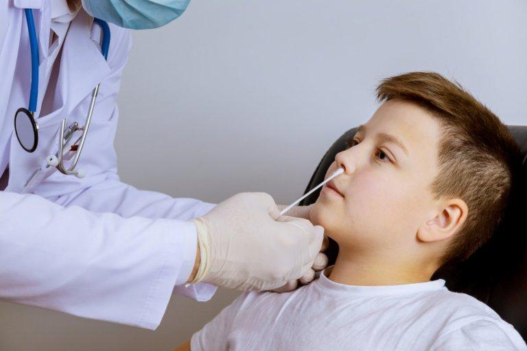 -worker-taking-a-swab-a-coronavirus-covid-19-test-a-nasal-Foto-Mostphotos.jpg